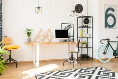 Vardagsrum med arbetszon royaltyfria foton