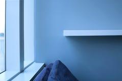 Vardagsrum med blå enkel bakgrund Royaltyfri Foto