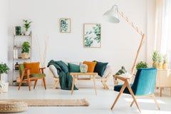 Vardagsrum med blåttstol royaltyfri fotografi