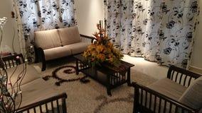 Vardagsrum med blomman under fläckljus Arkivfoton