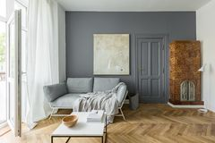 Vardagsrum med den belade med tegel ugnen arkivbilder