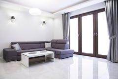 Vardagsrum med den eleganta soffan Fotografering för Bildbyråer