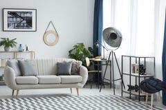 Vardagsrum med den industriella lampan royaltyfri fotografi
