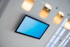Vardagsrum med den plana TV och ljuskronan Royaltyfria Foton