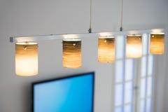 Vardagsrum med den plana TV och ljuskronan Royaltyfri Foto