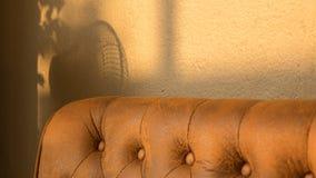 Vardagsrum med den retro soffan Fotografering för Bildbyråer
