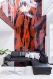 Vardagsrum med den stora soffan arkivfoto