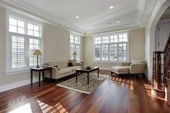 Vardagsrum med den wood durken för Cherry Arkivbilder