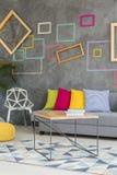Vardagsrum med färgrika brytningar arkivbild