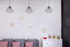Vardagsrum med industriella lampor Arkivfoton