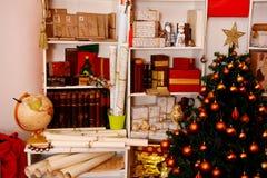 Vardagsrum med julgarnering royaltyfria bilder