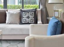 Vardagsrum med kuddar på den klassiska soffan och fåtöljen Royaltyfria Bilder
