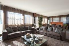 Vardagsrum med lädersoffor royaltyfria bilder