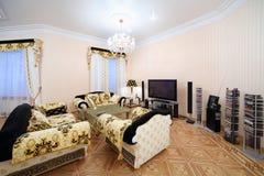 Vardagsrum med lyxigt möblemang i klassisk stil Fotografering för Bildbyråer