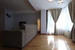Vardagsrum med nya gardiner Arkivfoton