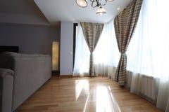 Vardagsrum med nya gardiner Royaltyfri Bild