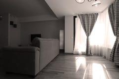Vardagsrum med nya gardiner Arkivbild