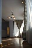 Vardagsrum med nya gardiner Arkivbilder