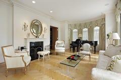Vardagsrum med spis royaltyfri bild