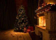 Vardagsrum med spisen och den dekorerade julgranen Royaltyfri Bild