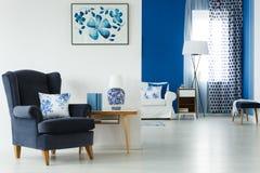 Vardagsrum med stilfullt möblemang arkivbild