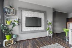 Vardagsrum med stor tv fotografering för bildbyråer