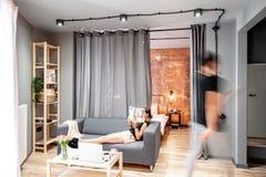 Vardagsrum med suddiga par arkivfoton