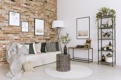 Vardagsrum med tegelstenväggen fotografering för bildbyråer