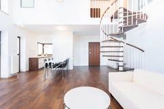 Vardagsrum med trappa Arkivfoto