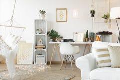 Vardagsrum med workspace fotografering för bildbyråer