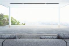 Vardagsrum, modern vit inre med gräsplan och stadsbakgrund Fotografering för Bildbyråer