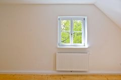 Vardagsrum på det bästa golvet, lägenheten med träfönster och parkett efter renovering royaltyfri foto