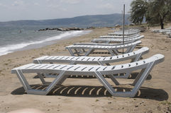 Vardagsrum på sjösidan på en solig dag i sommar Royaltyfria Foton