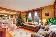 Vardagsrum på julhelgdagsafton Arkivbilder
