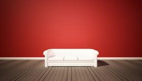 Vardagsrum, röd vägg och wood golv för mörker med den vita soffan Arkivfoto