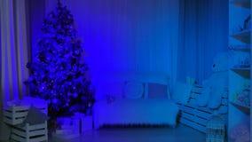 Vardagsrum som dekoreras för det nya året arkivfilmer