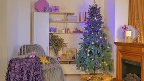 Vardagsrum som dekoreras för jul arkivfilmer