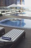 Vardagsrum sunbed i simbassäng Royaltyfri Foto