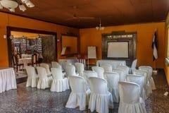 Vardagsrum till conffer med vita stolar Arkivbild