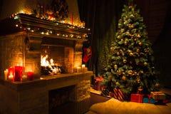 Vardagsruminre med det dekorerade spis- och julträdet royaltyfria foton