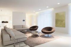 Vardagsrummöblemang i modernt hus Fotografering för Bildbyråer