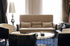 Vardagsrummet av modernt mode royaltyfria bilder