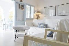 Vardagsrumområde av det moderna hemmet med öppna franska Windows Royaltyfri Foto