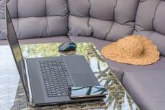 Vardagsrumomr?de anv?nds f?r hem- arbete fotografering för bildbyråer