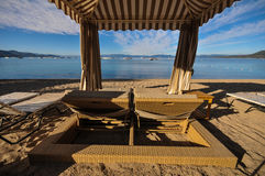 Vardagsrumstolar i en cabana på stranden Royaltyfri Fotografi