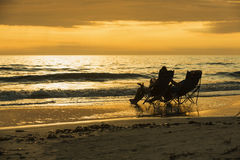 Vardagsrumstolar längs det populära fortet Myers Beach på västkusten av Florida Arkivbild