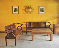 Vardagsrumtabell med långa stolar royaltyfria foton