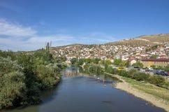 Vardar flod i den Veles staden Makedonien royaltyfri fotografi