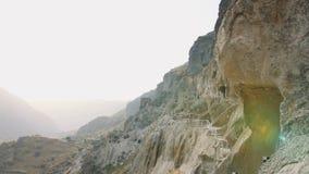 VARDZIA, GEÓRGIA - 17 de outubro de 2017: Os povos Vardzia sightseeing cavam o local do monastério em Geórgia na montanha de Erus video estoque