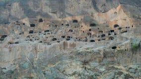Vardzia, Geórgia - 29 de setembro de 2016: O monastério da caverna de Vardzia, complexo cinzelou na rocha vídeos de arquivo